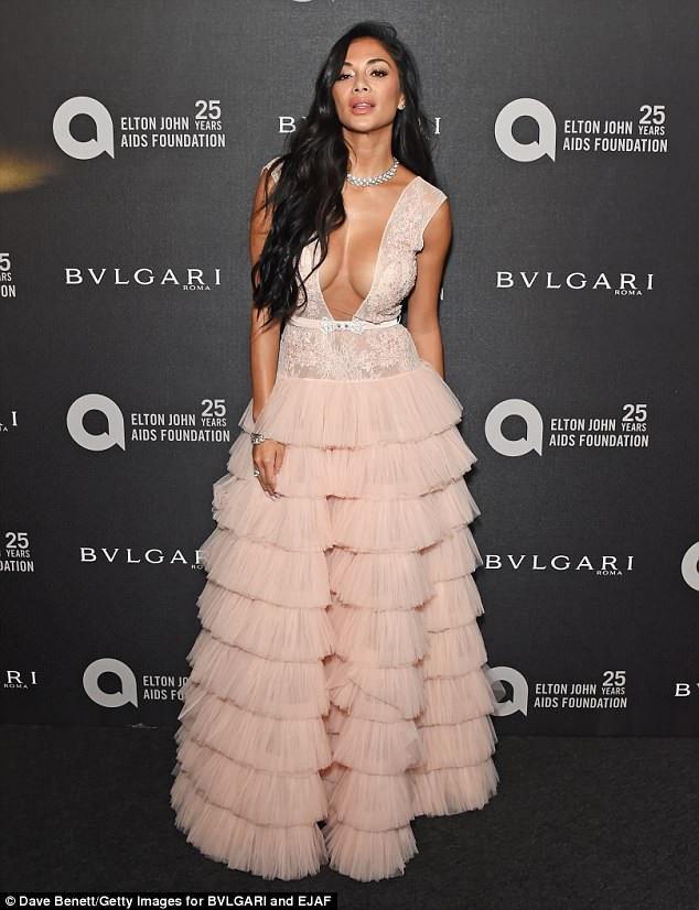 Nicole Scherzinger diện váy xẻ bạo dự tiệc từ thiện tại Anh ngày 26/6 vừa qua