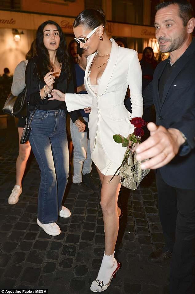 Cô ăn vận sành điệu khoe ngực đầy đặn khi rời nhà hàng tại Rome