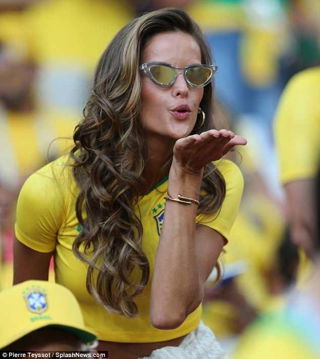 Cô cổ vũ liên tục cho các cầu thủ đội nhà