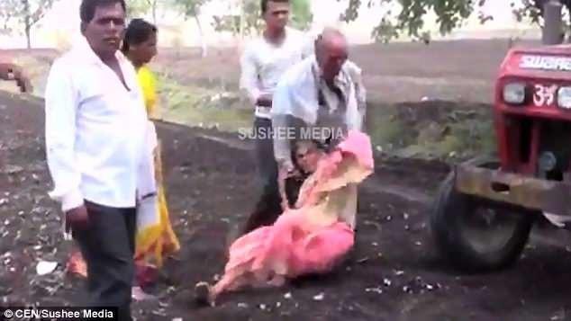 Người mẹ già bị chính con trai lôi ra đặt trước mũi máy cày (Ảnh: Sushee Media)