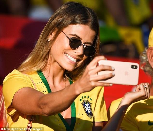 Carol Cabrino là vợ của hậu vệ Marquinhos. Cô cũng có mặt trên khán đài và không quên ghi lại những khoảnh khắc đáng nhớ trong trận đấu của Brazil và Serbia.