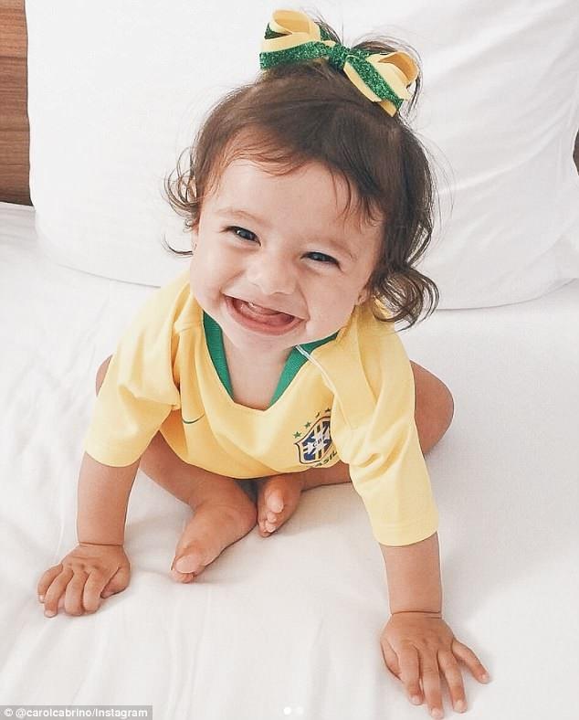 Carol Cabrino còn khoe hình ảnh của con gái 7 tháng tuổi trên trang cá nhân để động viên tinh thần của người bạn đời.