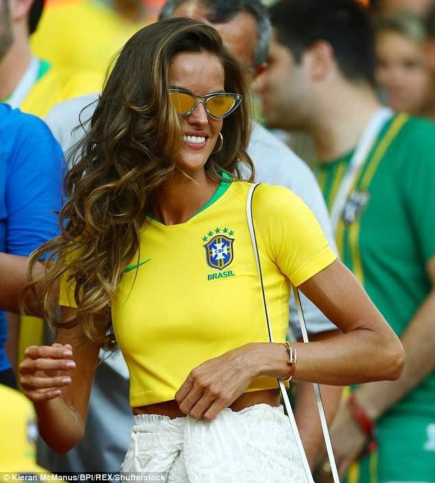 Người đẹp 33 tuổi nhiều lần xuất hiện trong các trận đấu quan trọng của tuyển Brazil.