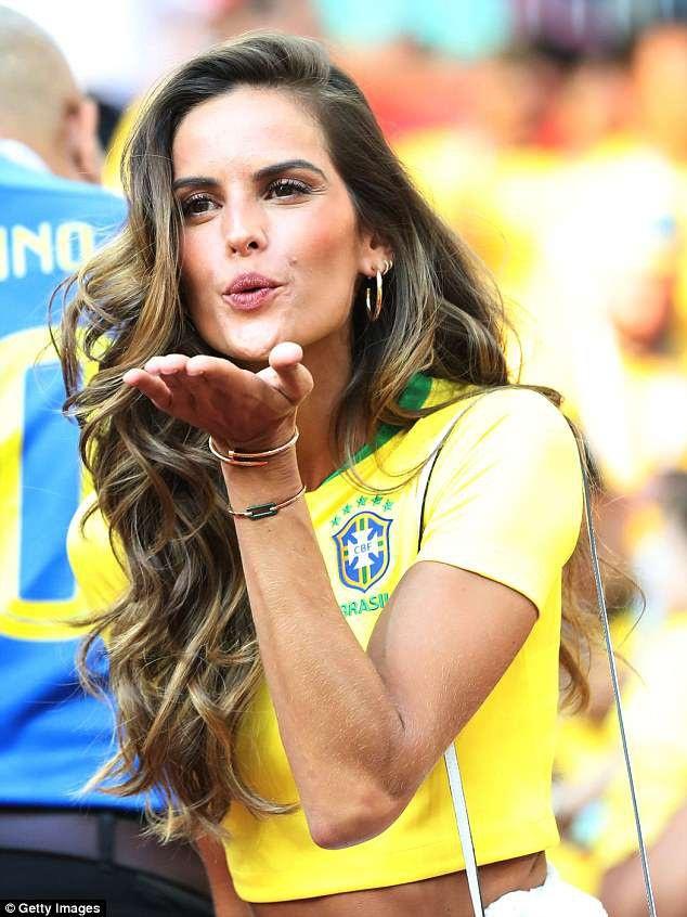 Dàn mỹ nhân của tuyển Brazil đẹp rực rỡ ăn mừng chiến thắng - 17