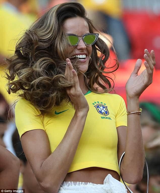 Dàn mỹ nhân của tuyển Brazil đẹp rực rỡ ăn mừng chiến thắng - 15