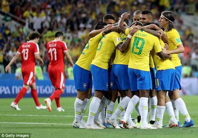 Với sự động viên hết mình của cổ động viên và hậu phương vững chắc, các cầu thủ Brazil giành chiến thắng 2-0 và tiếp tục vào vòng trong.