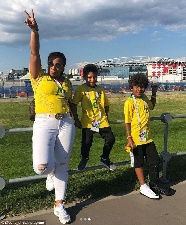 Cô còn đưa hai con trai tới cổ vũ bố thi đấu vì màu cờ sắc áo.
