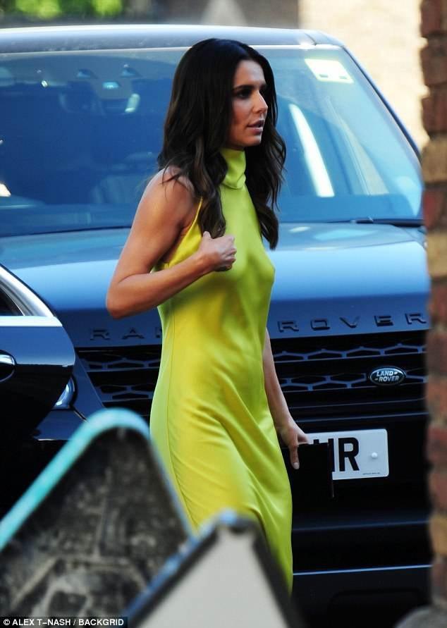 Ca sỹ 35 tuổi diện bộ váy không mấy đẹp mắt khi dự sự kiện từ thiện