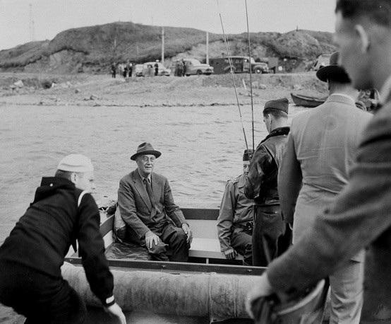 Cố Tổng thống Mỹ Franklin D. Roosevelt trong một chuyến đi câu ở Alaska năm 1944. (Ảnh: US Navy)