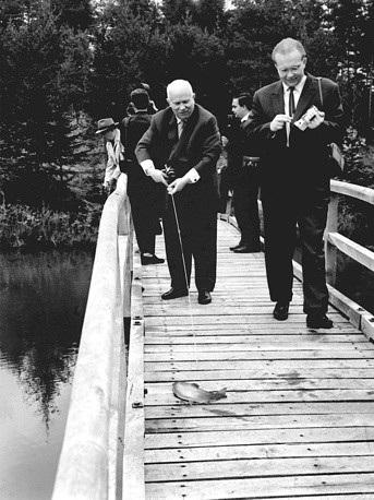 Cựu Tổng bí thư đảng Cộng sản Liên Xô Nikita Khrushchev và con trai Sergei Khrushchev câu cá trong chuyến đi tới Yugoslavia năm 1969. (Ảnh: TASS)