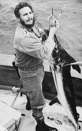 Lãnh tụ Cuba Fidel Castro cầm trên tay một con cá lớn trong chuyến đi câu tại Havana năm 1960. (Ảnh: AP)