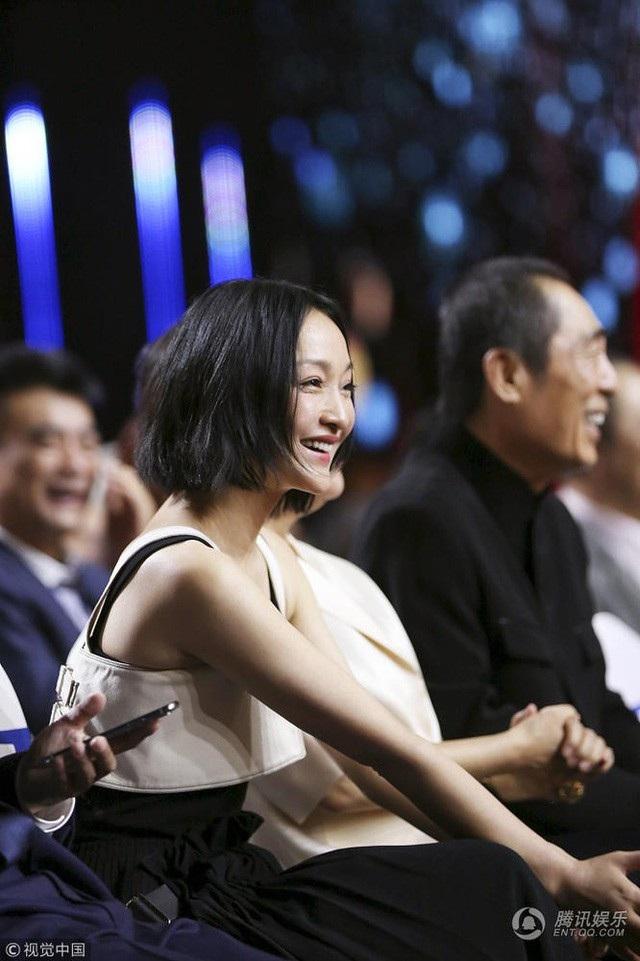 Không đóng phim nhiều, ít góp mặt trong các sự kiện của làng giải trí nhưng Châu Tấn vẫn luôn là một trong những ngôi sao hạng A và có sức hấp dẫn đặc biệt với fan tại châu Á. Với truyền thông quốc tế, cô cũng là một trong những ngôi sao châu Á nổi tiếng nhất.