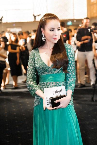 Tối qua, 27/6, Hoa hậu Áo dài 2017 Hoàng Dung đã tham dự Elle Style Awards 2018 - một sự kiện lớn trong lĩnh vực thời trang. Đây là nơi để những ngôi sao yêu thời trang thể hiện cá tính của mình.