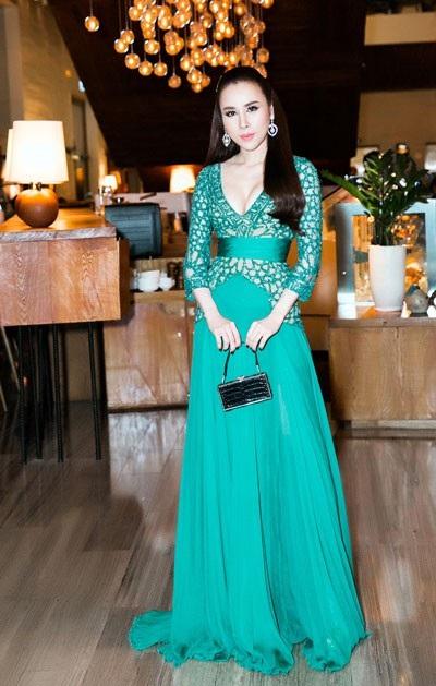 Hoàng Dung lựa chọn trang phục và trang điểm theo phong cách nữ thần. Cô đã gây bất ngờ với quan khách khi xuất hiện trong chiếc đầm Zuhair Murad xanh, khoét sâu ngực gợi cảm.