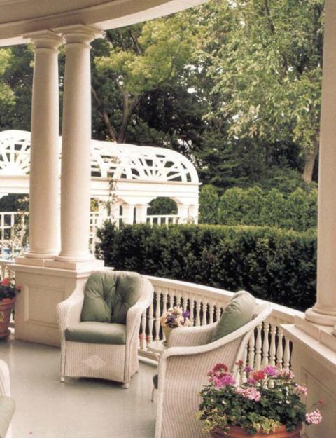 Ngôi nhà có lối kiến trúc theo phong cách Nữ hoàng Anne (Anh) và mái hiên đẹp lộng lẫy bao quanh phía trước. (Ảnh: Wikipedia)