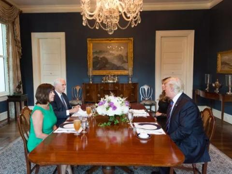 Sau khi chuyển về khu dinh thự, gia đình đương kim Phó Tổng thống Mike Pence đã có những tu sửa nhất định với công trình này. Trong ảnh: Gia đình ông Pence dùng bữa với gia đình Tổng thống Mỹ Donald Trump tại dinh thự. (Ảnh: Nhà Trắng)