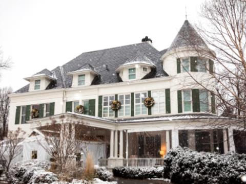 Khu nhà trở nên đặc biệt lộng lẫy vào mùa đông khi tuyết rơi. (Ảnh: Nhà Trắng)