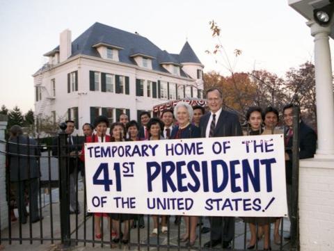Mỗi gia đình tổng thống đến Number One Observatory Circle lại mang theo một luồng sinh khí mới tới ngôi nhà rộng hơn 850 m2 này. Theo nhà sử học Charles Denyer, mỗi thời kỳ khác nhau, khu căn hộ này lại có những cách bài trí khác nhau. Trong ảnh: Ông George H.W. Bush và phu nhân sau khi ông thắng cử Tổng thống Mỹ. (Ảnh: Business Insider)