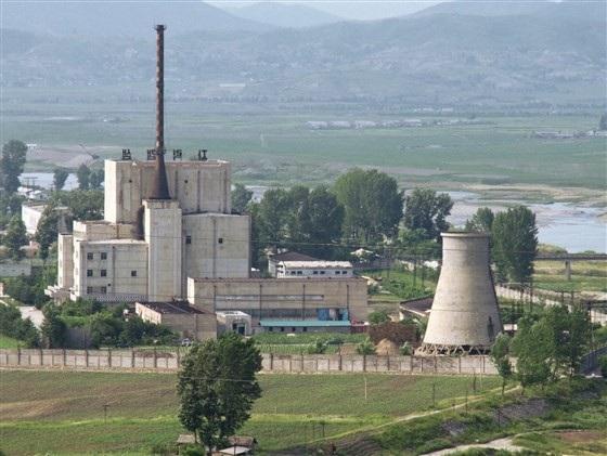 Tổ hợp hạt nhân Yongbyon của Triều Tiên trước khi tháp làm mát bị phá hủy vào tháng 6/2008 (Ảnh: Kyodo)