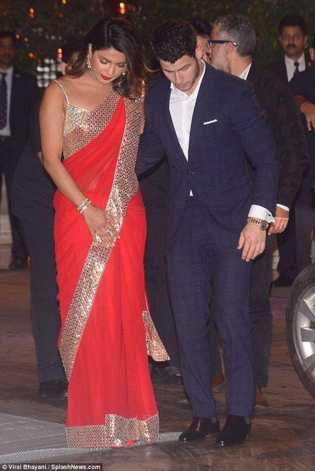 Priyanka Chopra kiêu sa trong bộ trang phục truyền thống của phụ nữ Ấn Độ