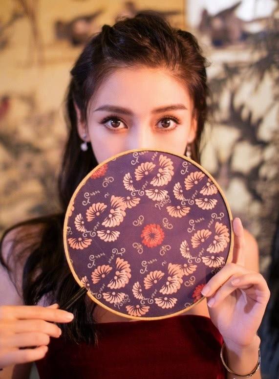 Angelababy là một trong những mỹ nhân của làng giải trí Trung Quốc với gương mặt không góc chết. Dù từng dính nghi án dao kéo thẩm mỹ nhưng vợ của nam diễn viên Huỳnh Hiểu Minh khẳng định, cô chỉ chỉnh sửa hàm răng khiến gương mặt cân đối hơn.