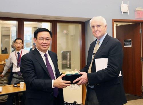 Phó Thủ tướng Vương Đình Huệ tặng quà GS. Dwight Perkins - người giới thiệu về vấn đề sở hữu trí tuệ và chính sách chuyển giao công nghệ của một số quốc gia