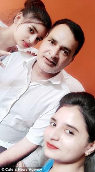 Nạn nhân Ali lúc còn sống cùng 2 cô con gái Iram (19 tuổi) và Alia (18 tuổi)
