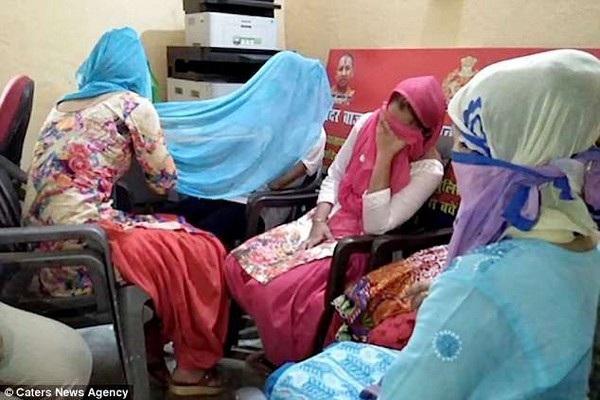 Vợ và các con gái của Ali bị cảnh sát bắt giữ vì âm mưu giết hại chồng, cha của mình