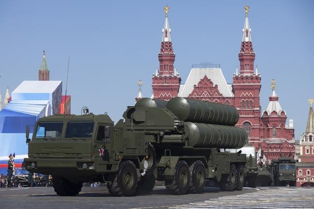 Tổ hợp S-400 của Nga trong một buổi tập duyệt binh tại Quảng trường Đỏ. (Ảnh: AP)