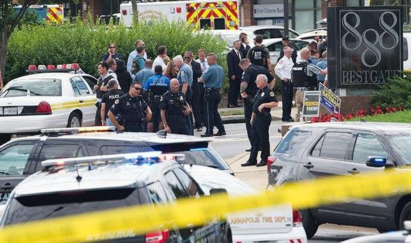 Cảnh sát có mặt bên ngoài hiện trường vụ xả súng nhằm vào tòa soạn báo. (Ảnh: Getty)