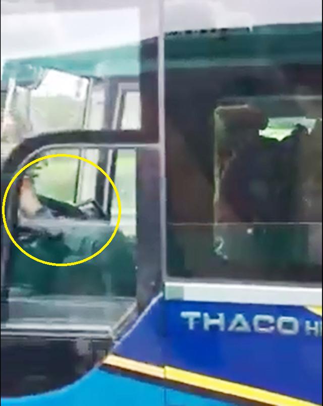 Hình ảnh tài xế lái xe khách bằng chân được cắt từ clip.