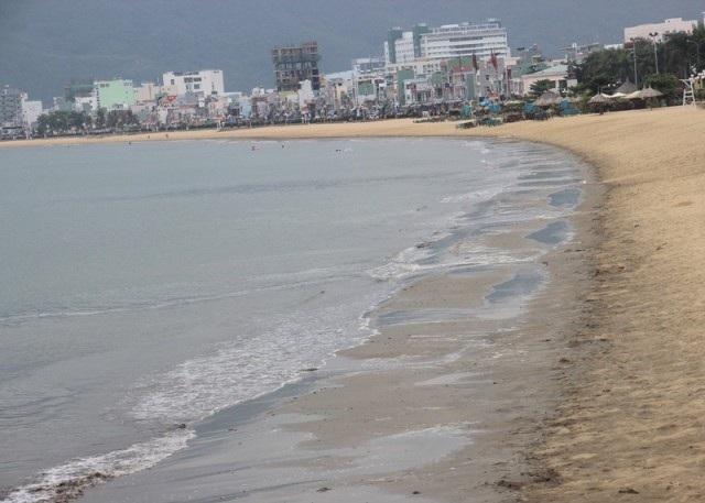 Bãi biển Quy Nhơn xuất hiện bùn cát đen.