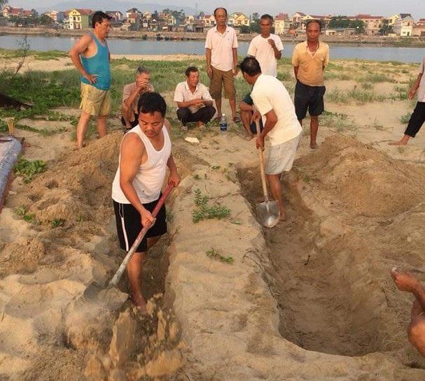 Người dân làm lễ cúng và mai táng cá theo phong tục địa phương.