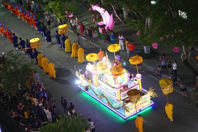 Chiều tối ngày 28/5 (nhằm ngày 14 tháng Tư âm lịch), đoàn rước Phật đản sinh với hàng ngàn người và nhiều xe hoa đi qua các con phố tại TP Huế tạo nên một không khí hết sức thiêng liêng, an lành trong mùa Phật đản năm nay. (Ảnh: Đại Dương)