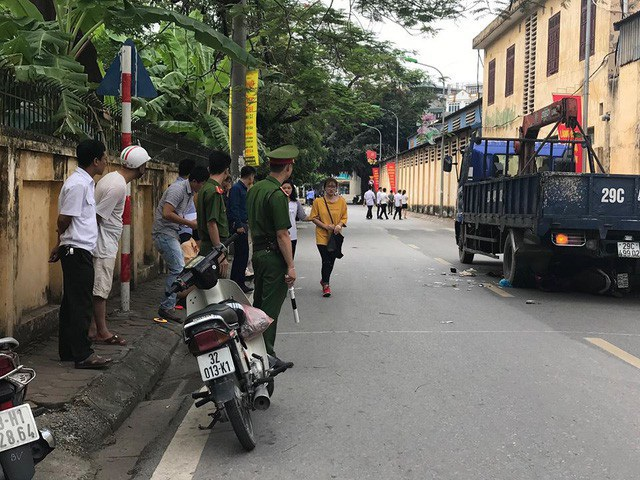 Chiếc xe máy chở 3 người, trong đó có một phụ nữ đang mang thai, di chuyển trên đường thì bất ngờ bị xe tải lùi trúng. Cú va chạm khiến cả ba mẹ con tử vong. (Ảnh: Nguyễn Dương)