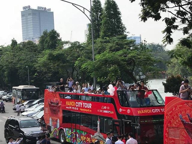 Sáng 30/5, Hà Nội chính thức khai trương tuyến buýt 2 tầng chạy qua 25 tuyến phố cổ có những điểm tham quan nổi tiếng của Thủ đô. Xe buýt 2 tầng hoạt động từ 9h đến 18h hàng ngày với tần suất 30 phút mỗi chuyến. (Ảnh: Quang Phong)