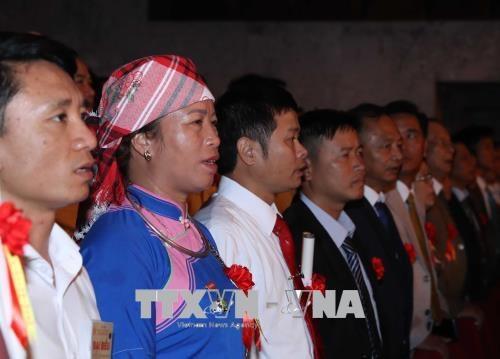 Các đại biểu làm lễ chào cờ. Ảnh: Doãn Tấn/TTXVN