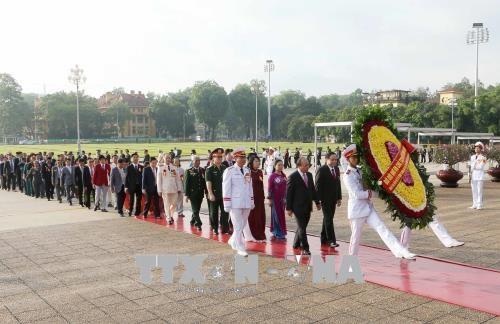 Trước đó, sáng 3/6/2018, Đoàn đại biểu điển hình tiên tiến dự Lễ kỷ niệm 70 năm Ngày Chủ tịch Hồ Chí Minh ra Lời kêu gọi thi đua ái quốc, do Thủ tướng Nguyễn Xuân Phúc dẫn đầu, đến đặt vòng hoa và vào Lăng viếng Chủ tịch Hồ Chí Minh. Ảnh: Doãn Tấn/TTXVN