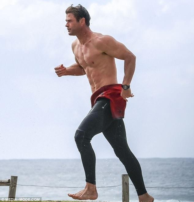 Chris Hemsworth thư thái đi lướt sóng tại vịnh Byron ở Úc ngày 29/6 vừa qua