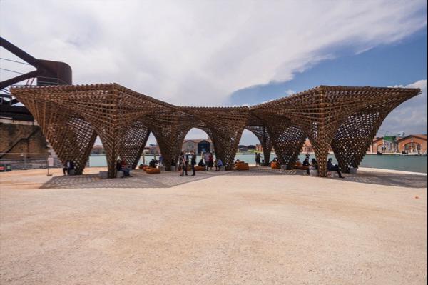 """Nhũ tre - Bamboo Stalactite - Hạng mục triển lãm/ Dự án đã hoàn thành Diện tích khu vực: 290m2 cao 5,5m """" Nhũ tre"""" bao gồm 11 mô- đun, mỗi mô đun được định hình bởi sự kết hợp tỉ mỉ giữa hai cấu trúc hyperbol. Dầm và cột tre được chuẩn bị sẵn ở Việt Nam. Sau đó, được vận chuyển sang Ý để thi công trong vòng 25 ngày dưới dự tham gia của 8 công nhân và dự hỗ trợ từ KTS, Kỹ sư Việt Nam và Ý."""
