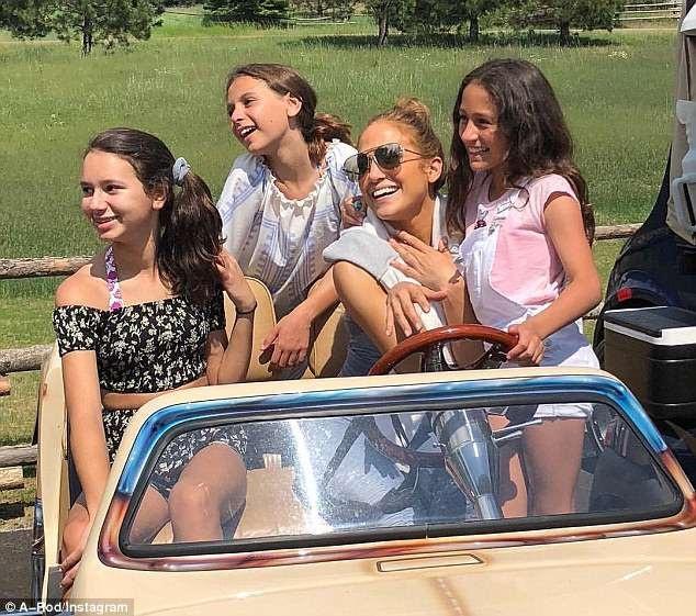 Jennifer Lopez cũng rất thân thiết với 2 con gái của bạn trai Alex Rodriguez