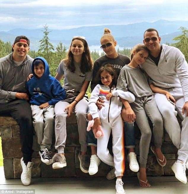 2 gia đình thường xuyên gặp mặt và đi chơi vui vẻ