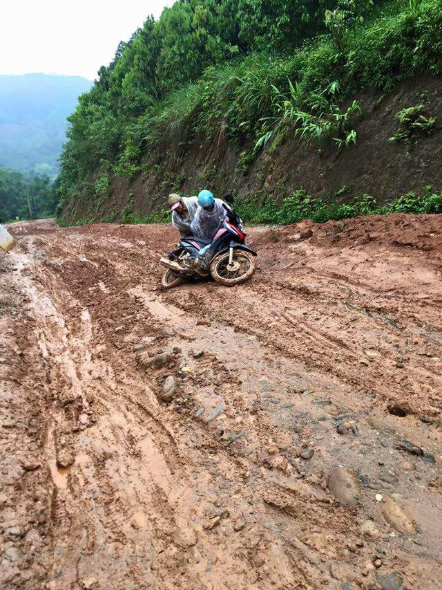 Đường đến Trường mầm non Phong Dụ Thượng lầy lội bùn đất nên việc ngã xe máy là chuyện xảy ra như cơm bữa