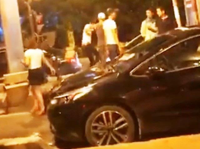 Anh Long (áo đen bên phải ảnh) bị nhóm người hành hung (ảnh cắt từ clip)