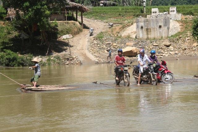 Cung đường có những đoạn phải vượt sông trên những chiếc bè tự chế của người dân hết sức nguy hiểm