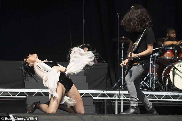 Jessie J mặc gợi cảm trên sân khấu - 7