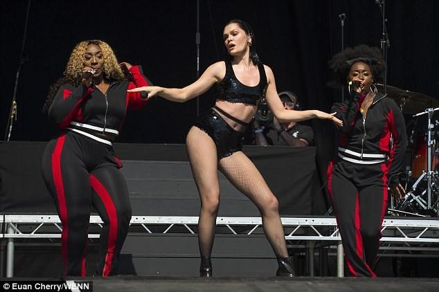 Jessie J mặc gợi cảm trên sân khấu - 8
