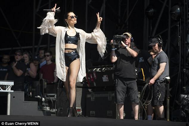 Jessie J mặc gợi cảm trên sân khấu - 9
