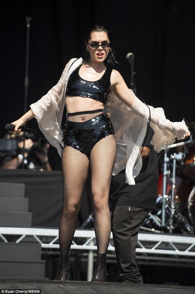 Jessie J mặc gợi cảm trên sân khấu - 11