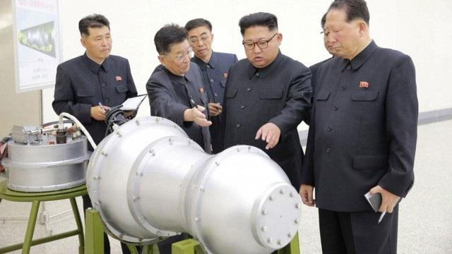 Nhà lãnh đạo Triều Tiên Kim Jong-un thị sát một đầu đạn tên lửa. (Ảnh: Reuters)